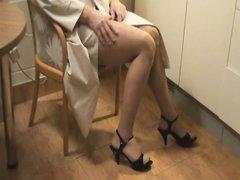 Домашнее видео с нежной мастурбацией члена, сразу чувствуется любовь и забота жены об озабоченном муже