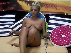 Сладкая блондинка включила вебкамеру, чтобы показать свои прелести и дрочить киску в онлайн режиме