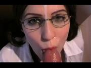Брюнетку в очках взяли в секретарше, потому что она бесплатно сосёт член с глубокой глоткой своему озабоченному боссу