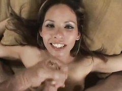 В любительском видео соседка с маленькими сиськами дрочит член и трётся об него киской, а кончает он в её грязный рот