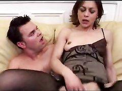 Молодой француз зашёл к зрелой соседке для анального секса, она надела для него чулочки и отдалась в попу