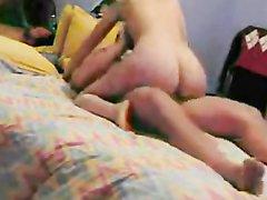 Домашний секс с шаловливой женой в постели с бокового ракурса записывает любительская камера
