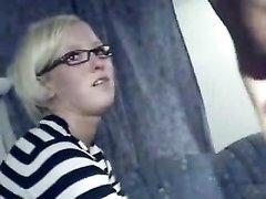 Очкастая блондинка делает любительский минет на видеокамеру и открывает рот шире для спермы