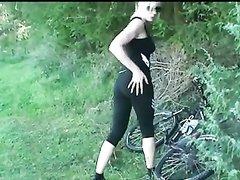 Блондинка на велосипеде приехала в лес на анальное порно свидание, чтобы трахаться в попу и сосать член лесника