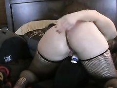 Красивая женщина с полной фигурой в чулках встала на карачки, она секс игрушкой трахает попу и делает фистинг