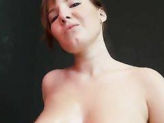 Чешская красотка в любительском порно дрочит большой смуглый пенис и для орального секса использует 69 позу