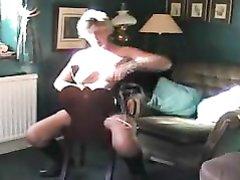 Зрелая англичанка в чулках готова пошалить, она не даёт молодому поклоннику спокойно смотреть на свои прелести