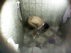 Зрелая испанка со стройным телом принимает душ, а молодой сосед предпочитает смотреть на неё по скрытой камере