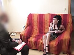 Румынская брюнетка я вытянутым лицом пришла на порно кастинг и покорила продюсера, сделавшего куни