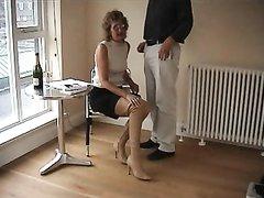 Охранник угостил зрелую аристократку членом, она сделала бесплатно домашний минет и наглоталась спермы
