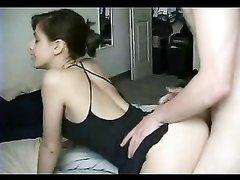 Латинка всегда рада подставить попку для любительского секса, член мужа входит сразу в киску смуглянки
