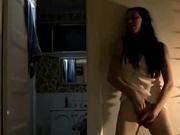 Брюнетка уперевшись спиной в стену дрочит киску, это её дебют в домашнем порно и соло сцена удалась