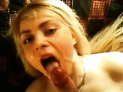 Аргентинская блондинка вертит попой перед домашним сексом и возбудив парня делает минет, чтобы он лучше вставил