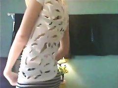 Стеснительная блондинка на вебкамеру показывает любительский стриптиз и впервые онлайн раздевается