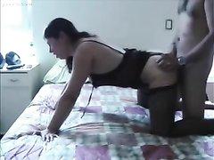 Любительское анальное порно от реальной латинской пары, женщина в чулках трахается в попу в позиции на карачках
