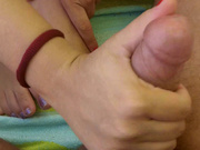Видео с мастурбацией пениса, жена мозолит руку, пока супруг не кончает ей на ноги
