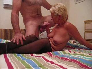 Соблазнив молодого и крепкого квартиранта зрелая блондинка для любительского секса в своей постели надела чулочки