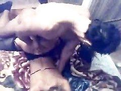 Русская опытная блондинка в домашнем порно втроём развлекается с двумя озабоченными поклонниками