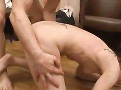 Анальный секс так заводит зрелую женщину, что она кончает струйно, партнёр без ума от её сквиртинга
