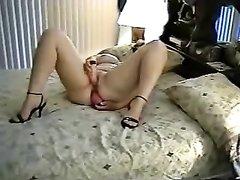Для двойного проникновения зрелая женщина использует секс игрушки в ходе домашней мастурбации