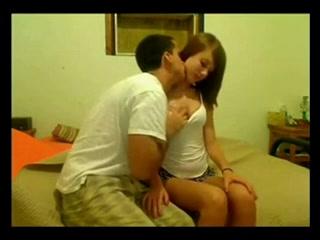 Молодая пара за деньги трахается перед вебкамерой, реальный заработок с помощью секса их вполне устраивает