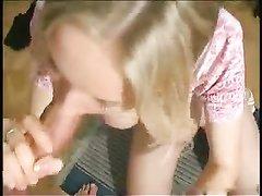 Шикарная блондинка в домашнем порно подставила бритую киску под член, а красивое лицо для спермы