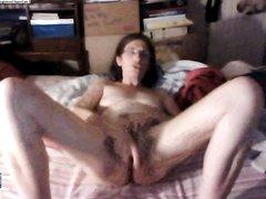 Зрелая и не красивая дама в очках балуется дома в постели с секс игрушкой по вебкамере с незнакомцем