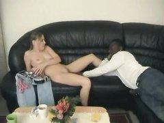 Модный негр соблазнил белую поклонницу чёрного члена, она хотела сосать его ствол и ощутить в своей киске
