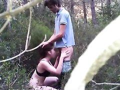 Пикапер развёл на любительский секс незнакомку в парке и та сделав минет повернулась попой, чтобы он вставил