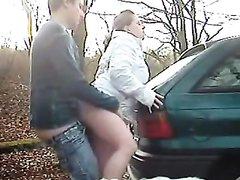 Немецкая пара осенью выехала на природу для любительского секса под открытым небом возле автомобиля