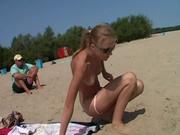 Любительское видео с пляжа, худенькая красотка с маленькими сиськами голой позирует на камеру озабоченного кавалера