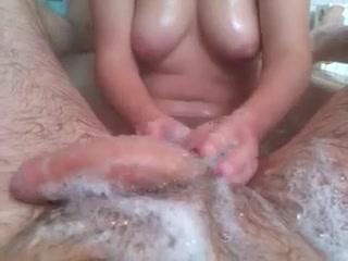 В ванной чувак от первого лица снимает на видео мастурбацию члена, его жена предпочитает работать руками