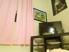 Молодая шалунья на вебкамеру балуется с секс игрушкой, мокрая киска легко впускает дилдо внутрь