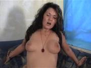 Зрелая наездница балдеет от молодого члена, на котором гордо восседает словно на троне, она благодарна за секс любовнику