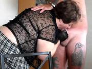 Французская зрелая толстуха пришла на порно свидание для отсоса члена у татуированного репера