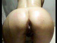 Озабоченная дама использует овощ в качестве секс игрушки для анальной мастурбации перед вебкамерой