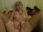 Зрелая венгерская домохозяйка для вебкамеры одела чулочки и принялась онлайн показывать сладкую киску и дырочку в попе