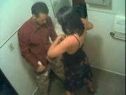 Жена в ванной отсосала член соседа бесплатно, не зная о скрытой камере установленной мужем