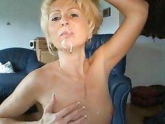 Зрелая блондинка в чулках на вебкамеру сосёт член и прыгает сверху, анальная мастурбация с секс игрушкой