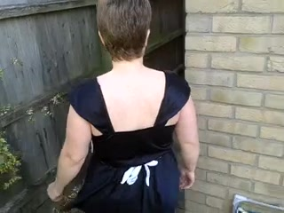 Зрелая британка в очках для любительского порно вышла во двор и задрав юбку показывает большую попу