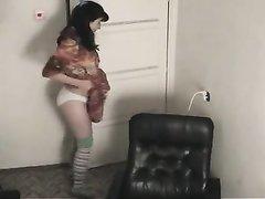 Брюнетка решилась на съёмку в домашнем видео для демонстрации волосатой киски крупным планом