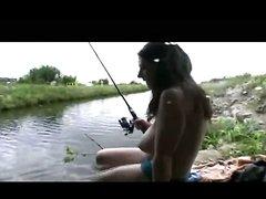 Парочка пришла на рыбалку и чтобы муж не думал о сексе жена решила дрочить его член, чтобы он сосредоточился на удочке