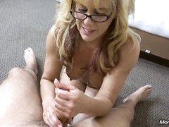 Зашёл к зрелой блондинке для домашней мастурбации и снял её на видео от первого лица, пока она работала руками