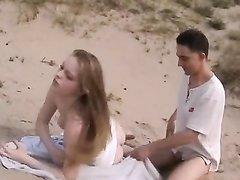 Парочка на безлюдном пляже решила развлечься и на песке увлеклась анальным сексом с минетом