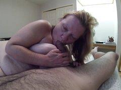 Мужчина любит трахать в рот зрелую толстуху и всякий раз снимает минет для домашнего видео на свою камеру