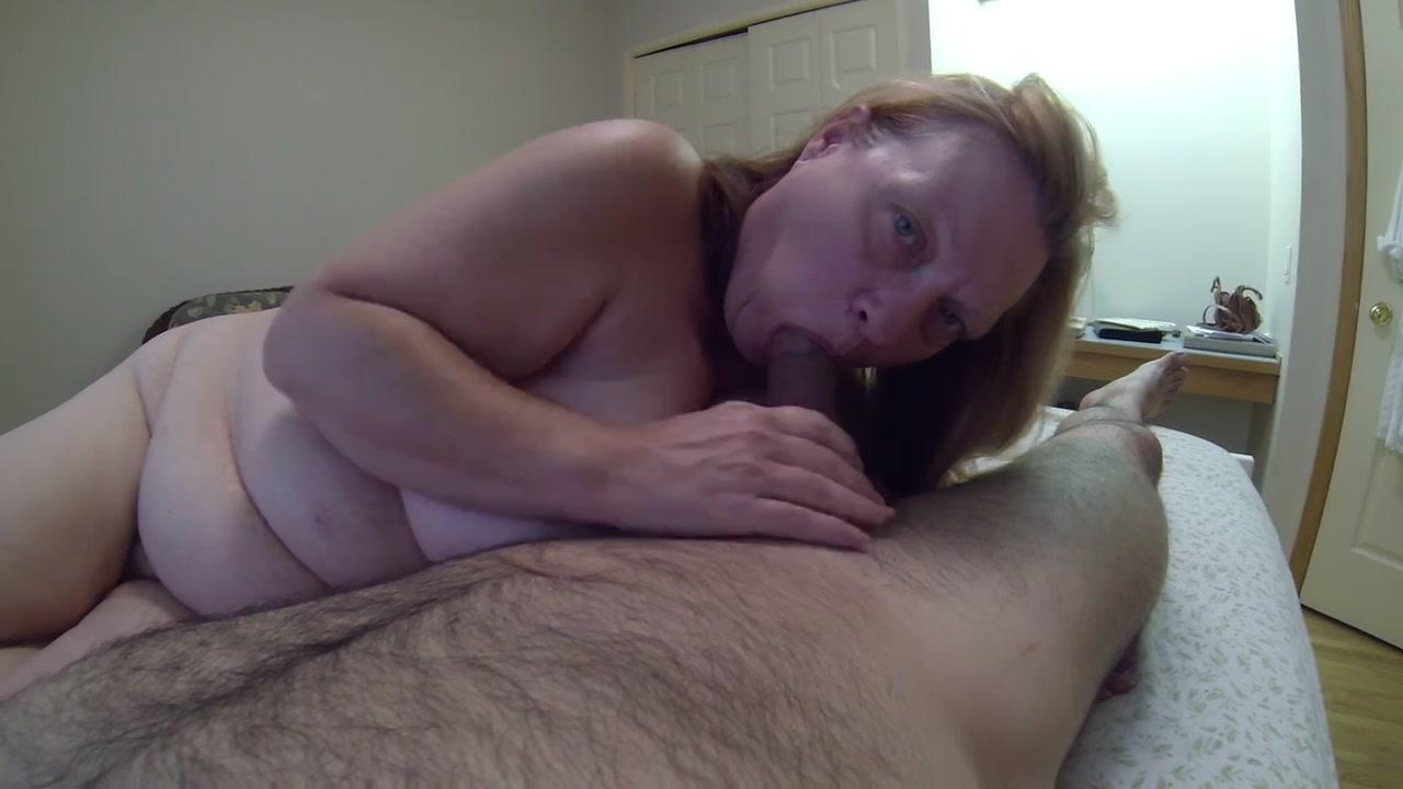 Порн домохозяйка делает минет на камеру