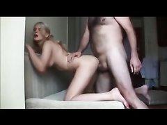 В анальном порно молодую блондинку трахнули в узкую попку и кончили в рот, жаждущий глотать сперму