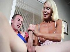 Неудачник пришёл в гости к зрелой блондинке, которая вместо секса наградила его шикарной мастурбацией