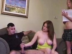 Зрелая и грудастая дама показывает молодой жене правильную мастурбацию члена в домашнем видео