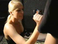 Блондинка в корсете с удовольствием снялась в любительском порно с аналом и трахнулась в попу с рокером
